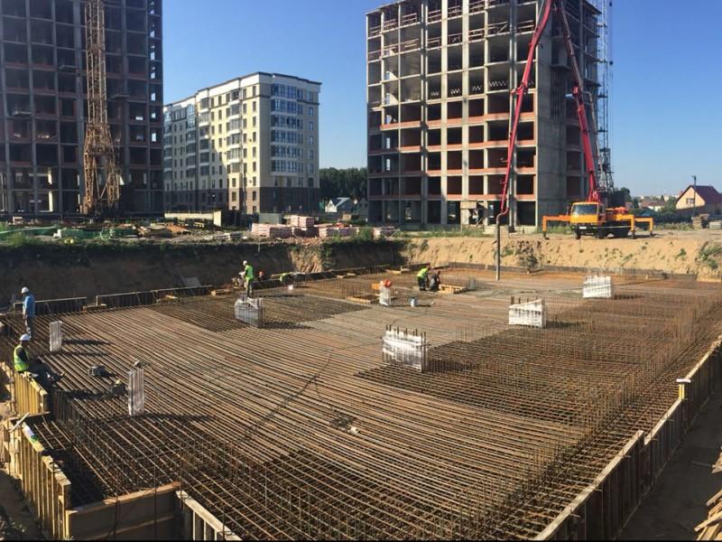 Заливка бетона для фундамента жилого комплекса